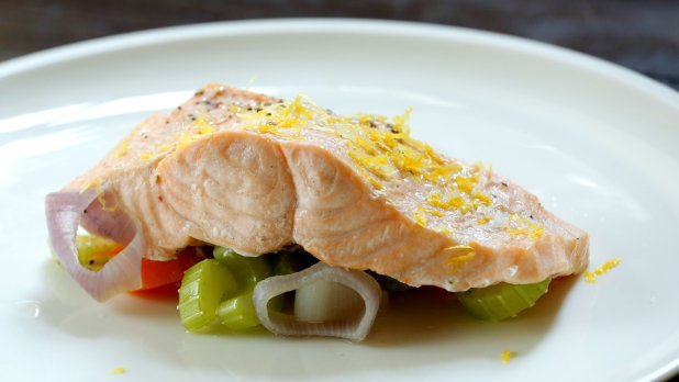 Losos vařený v páře s avokádovým salátem a bramborem | Prima ...