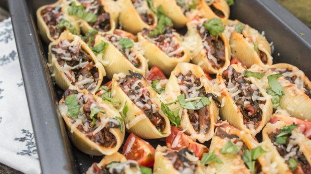 Conchiglioni plněné rajčatovo-houbovou směsí
