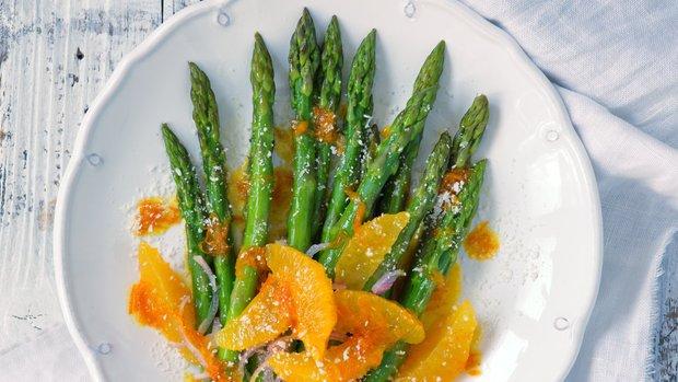 Teplý chřestový salát s pomerančovou zálivkou