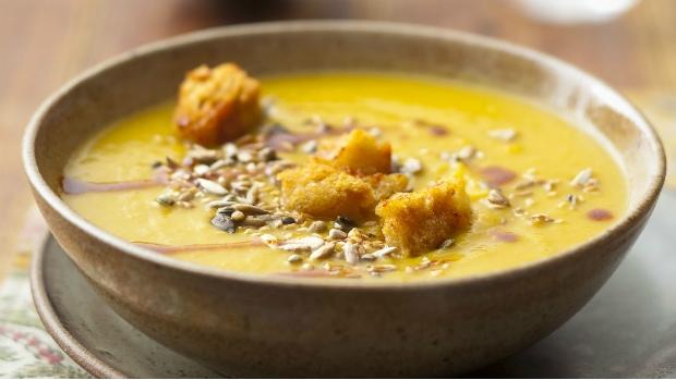 Kořeněná polévka z batátů s česnekovými krutony