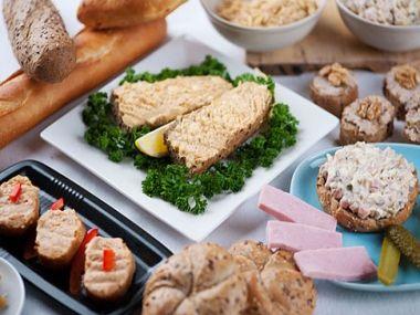 Chlebíčky se sýrovou pomazánkou a ořechy