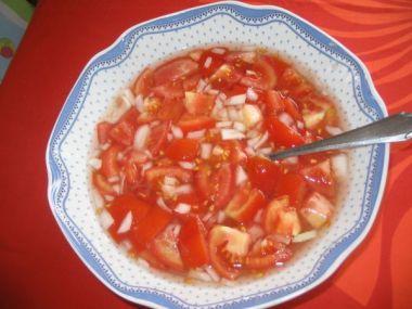 Rajčatový salátek s cibulkou