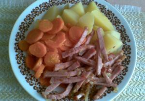 Uzené na cibuli s dušenou mrkví