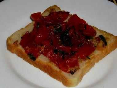 Toastový chléb s rajčatovou směsí