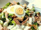 Brokolicový salát s tuňákem a ořechy recept