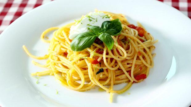 Špagety s rajčaty a ovčím sýrem