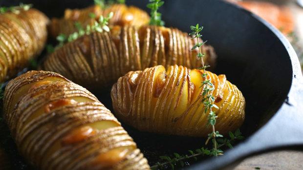 Hasselback brambory s konfitovaným česnekem