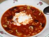 Hustá zimní polévka s luštěninami, klobásou a rajčaty recept ...