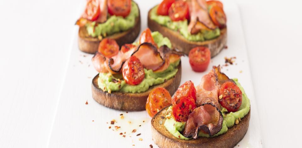 Křupavý chléb se slaninou a avokádem