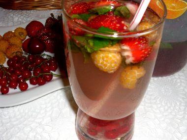 Mátový nápoj s ovocem