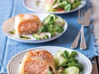 Pečený losos s ředkvičkovo-okurkovým salátem