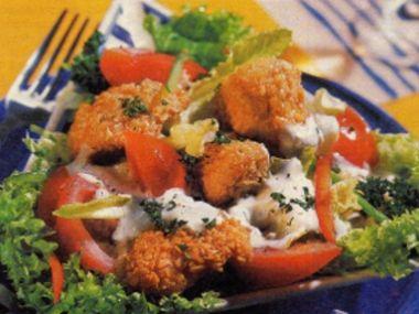 Ledový salát s kuřecími nugetkami