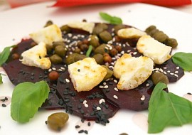 Carpaccio z červené řepy a grilovaným sýrem recept
