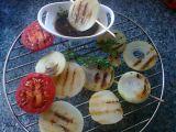 Grilovaná cibule s medovo-sójovou omáčkou recept