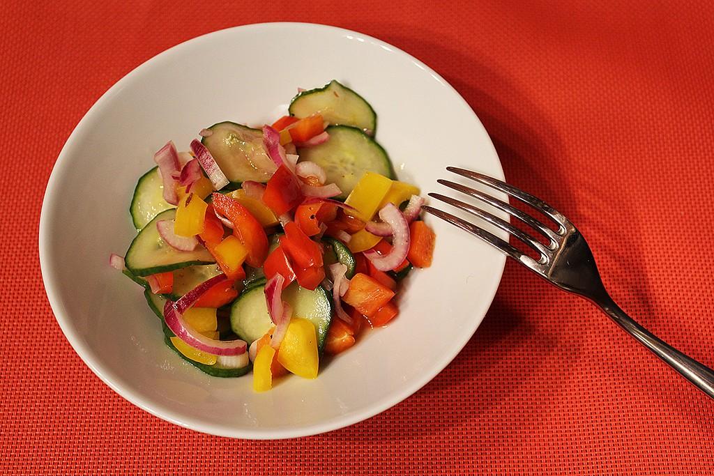 Rychlý okurkový salát s paprikami recept