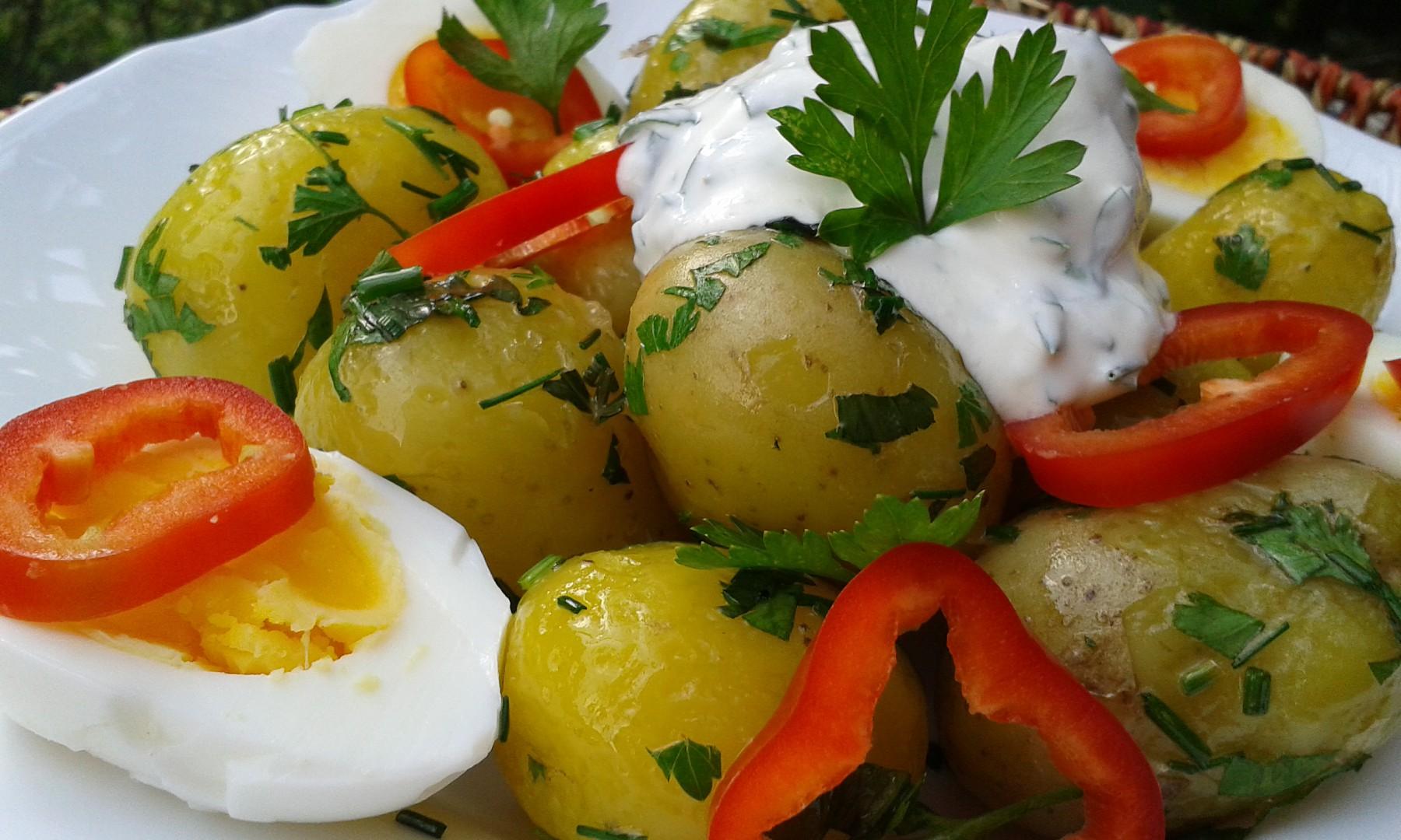 Nové brambory s bylinkami, smetanou a vejci recept