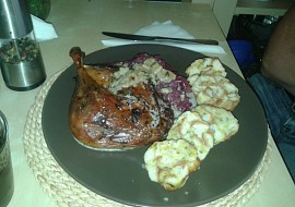 Kachní stehno pečené s jablky, červené zelí a karlovarský knedlík ...