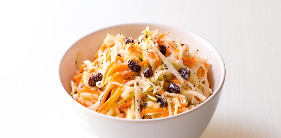 Zdravý salát coleslaw s rozinkami
