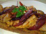 Topinka s krůtí směsí a karamelizovanou cibulí recept