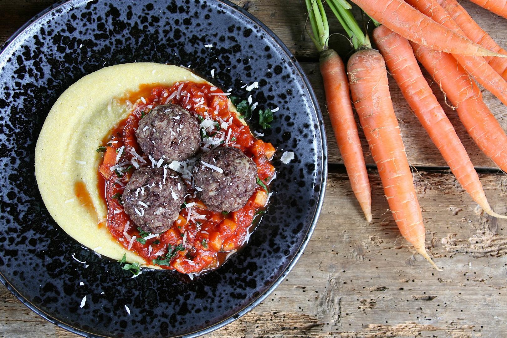 Masové koule s rajčatovým ragú a polentovou kaší recept ...