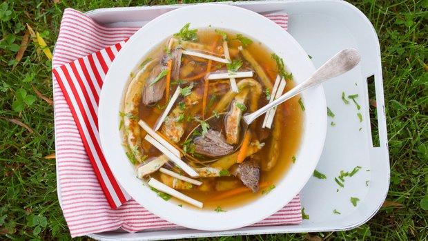 Silná hovězí polévka s celestýnskými nudlemi a restovanou zeleninou