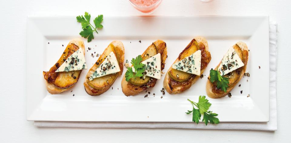 Tousty s modrým sýrem a karamelizovanou cibulí