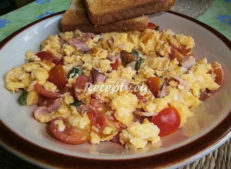 Míchaná vejce s rajčaty a slaninou recept  jídla z vajec