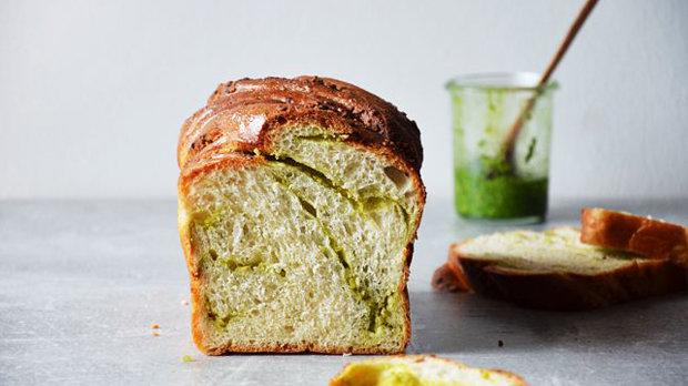 Chléb s bazalkovo-mandlovým pestem