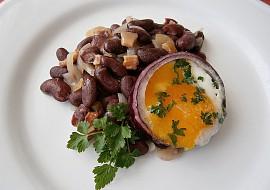 Fazolový salát s volským okem, smaženým v cibulovém kroužku ...