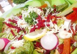 Zdravý barevný salát z několika druhů zeleniny recept