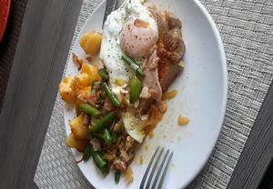 Přírodní krkovice se sázeným vejcem a fazolkami