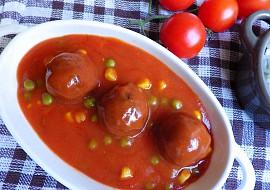 Kuličky z mletého masa v tomatové omáčce s hráškem a kukuřicí ...