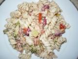 Těstovinový salát s tuňákem a zeleninou recept