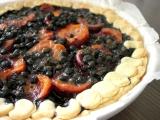Křehký karamelový koláč s meruňkami a borůvkami recept ...
