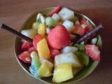 Osvěžující ovocný salát s mandlemi recept