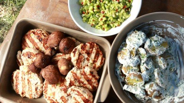 Krůtí placičky, brambory se smetanou, žampiony a okurková salsa ...