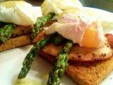 Toast s chřestem, kuřecím plátkem a pošírovaným vejcem recept ...