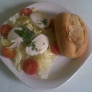 Ledový salát s mozzarelou a cherry rajčátky recept