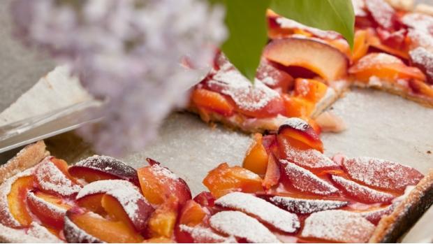 Grilovaný koláč s nektarinkami a tvarohem