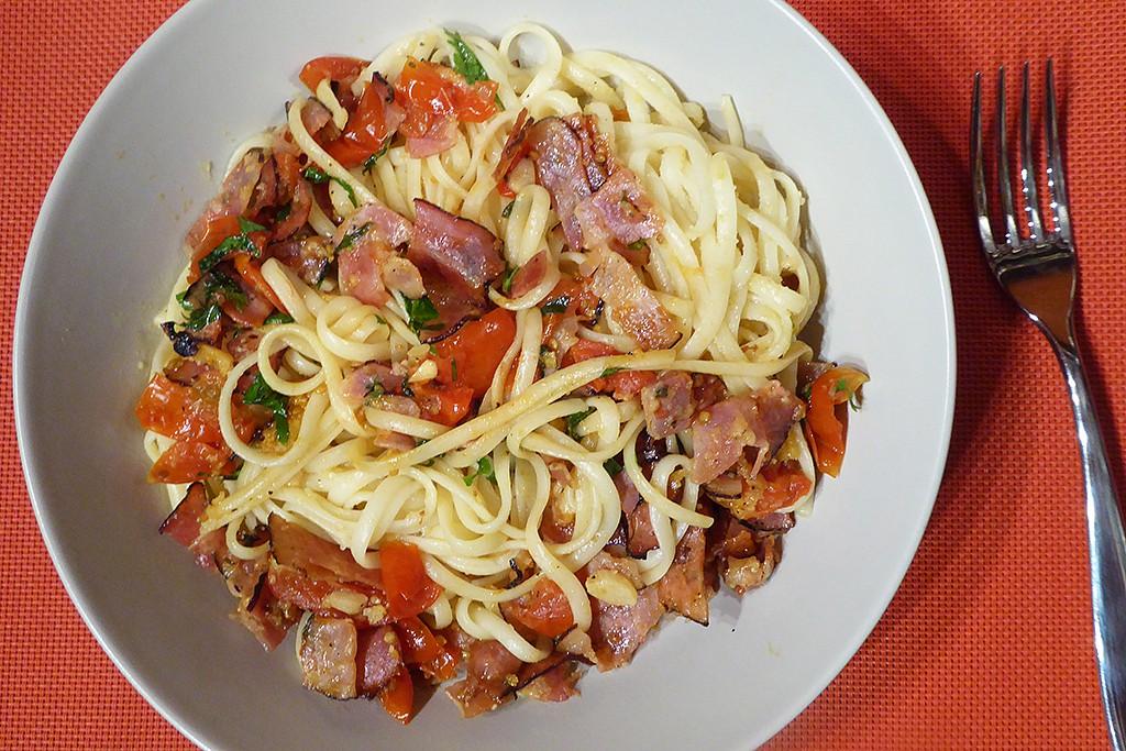 Linguine se slaninou, rajčaty a parmezánem recept
