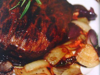 Hovězí steak na kayenském pepři s cibulovou přílohou