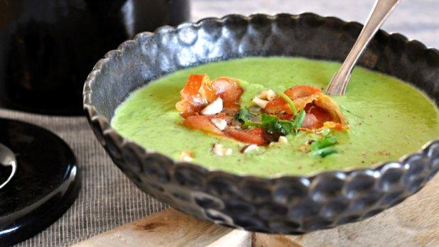 Hrášková polévka s bazalkou a parmazánem