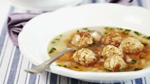 Kuřecí polévka s mandlovými knedlíčky