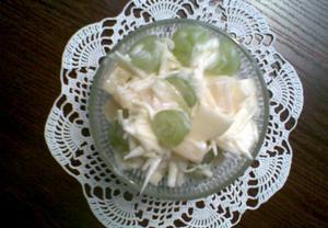 Zelný salát s ovocem a jogurtem
