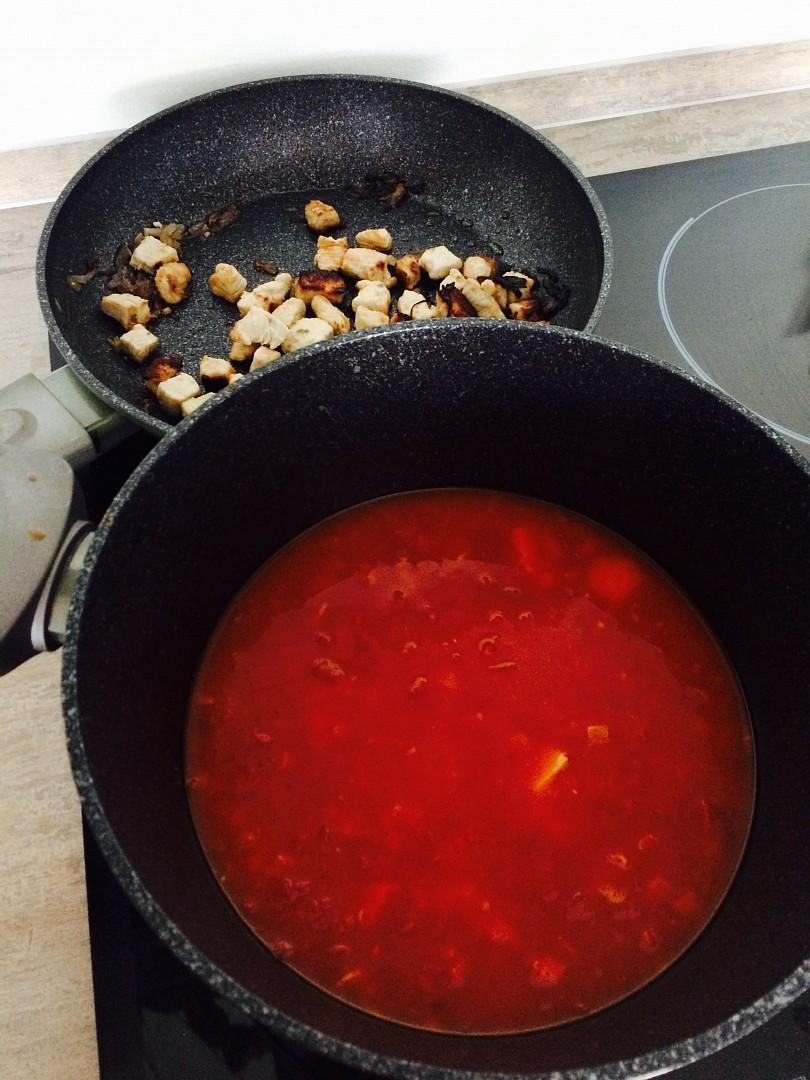 Rajčatová polévka s krůtím masem recept