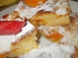 Křehká, letní bublanina s meruňkami a vaječným likérem recept ...
