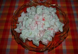 Salát z krabích tyčinek s majonézou