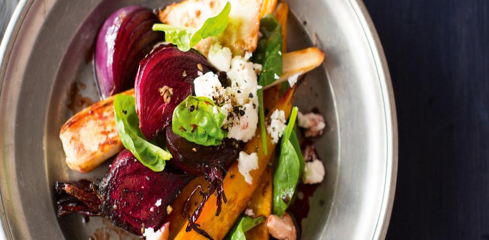 Salát s kořenovou zeleninou a sýrem feta