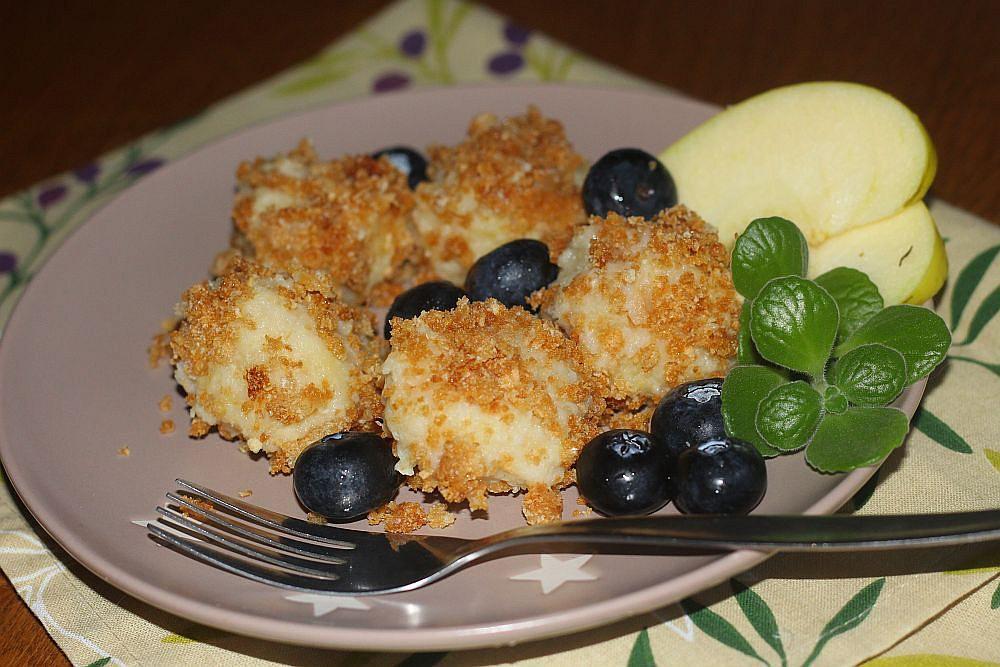 Mandlovo-jablečné knedlíčky s karamelovou strouhankou recept ...
