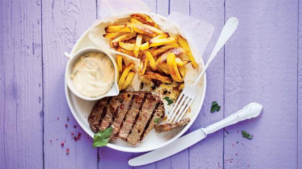 Steak s hranolky a bylinkovou majonézou